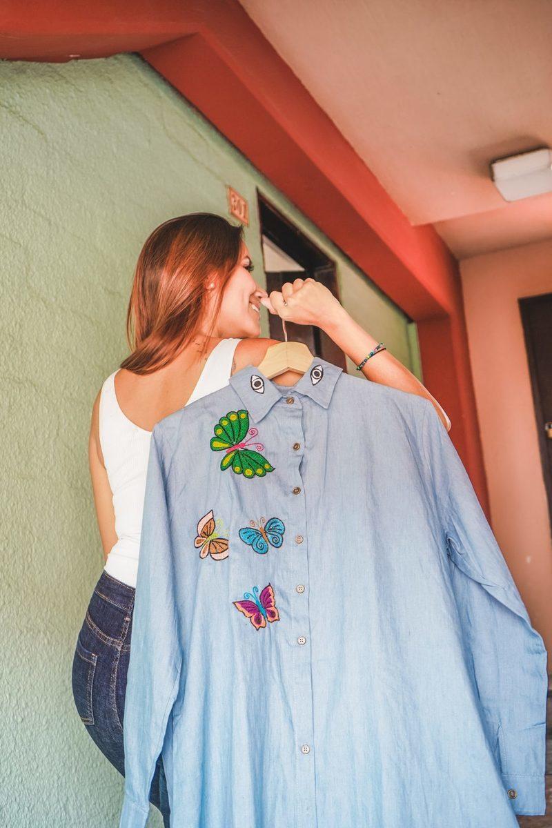 camisa bordad mariposas
